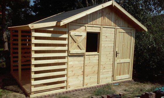 domek drewniany z drewutnią